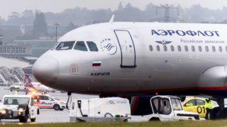 Genf, 2016. október 13. Rendõrségi jármûvek az Aeroflot orosz légitársaság egyik Airbus A320-214 típusú utasszállító repülõgépe mellett a genfi nemzetközi repülõtéren 2016. október 13-án, miután bombafenyegetés miatt evakuálták a felszálláshoz készülõ légi jármû fedélzetén tartózkodó 115 utast. A 2381-es számú, Moszkvába induló járatról az után kísérték le az utasokat, hogy a repülõtér egyik jegypénztáránál egy férfi azt állította, hogy pokolgép van a fedélzeten. A férfit õrizetbe vették, a repülõgépet a svájci rendõrség tûzszerész alakulata vizsgálja. (MTI/EPA/Martial Trezzini)