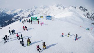 Kals am Grossglockner, 2018. február 27. Síelõk és hódeszkások egy pálya tetején az osztrák Alpok Magas-Tauern hegyvonulatán, Kals am Grossglockner kelet-tiroli falu közelében 2018. február 27-én. (MTI/EPA/Lisi Niesner)