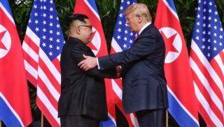 Szingapúr, 2018. június 12. Kim Dzsong Un észak-koreai vezetõ (b) és Donald Trump amerikai elnök kezet fog a szingapúri Sentosa szigeten fekvõ Capella Hotelben tartott csúcstalálkozójukon 2018. június 12-én. A történelmi jelentõségû összejövetel során elõször ül tárgyalóasztalhoz hivatalban lévõ amerikai elnök az észak-koreai vezetõvel. (MTI/EPA/The Straits Time/Kevin Lim)