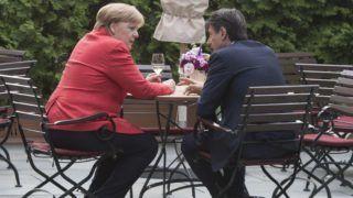 Berlin, 2018. június 18. Az olasz kormányfõi hivatal, a Chigi-palota sajtóosztályának felvétele Angela Merkel német kancellár (b) és Giuseppe Conte olasz miniszterelnök kétoldalú megbeszélésérõl Berlinben 2018. június 18-án. (MTI/EPA/Clemens Bilan)