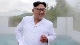 Vonszan, 2018. augusztus 17. A KCNA észak-koreai hírügynökség által 2018. augusztus 17-én közreadott, dátummegjelölés nélküli képen Kim Dzsong Un elsõszámú észak-koreai vezetõ, a Koreai Munkapárt elsõ titkára (k) látogatást tesz az épülõ Vonszan-Kalma turistakomplexumban. (MTI/EPA/KCNA)