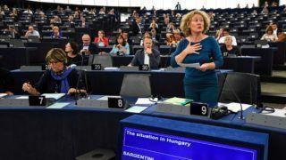 Strasbourg, 2018. szeptember 11. Judith Sargentini holland zöldpárti képviselõ (j), a nevét viselõ Sargentini-jelentés vitáján az Európai Parlament plenáris ülésén, Strasbourgban 2018. szeptember 11-én. (MTI/EPA/Patrick Seeger)