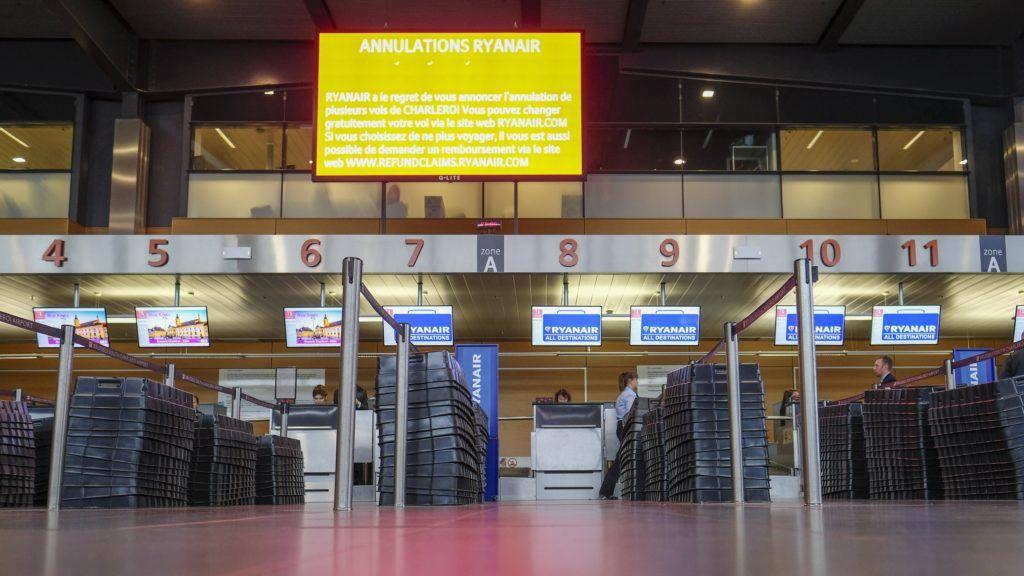 Charleroi, 2018. szeptember 28. Üres jegykezelõ pultok a Brüsszel–Charleroi repülõtéren 2018. szeptember 28-án, a Ryanair ír diszkont légitársaság alkalmazottainak hat országot érintõ sztrájkja alatt. A dolgozók a kollektív szerzõdésrõl folytatott vita miatt szüntették be a munkát. A Ryanair 250 járatát kényszerült törölni Európa-szerte a belga, a holland, a német, az olasz, a portugál és spanyol légi személyzet sztrájkja miatt. (MTI/EPA/Olivier Hoslet)