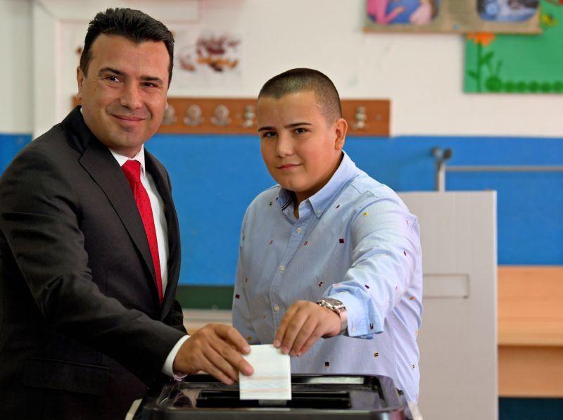 Sztrumica, 2018. szeptember 30. Zoran Zaev macedón miniszterelnök fiával, Dusko Zaevvel voksol egy sztrumicai szavazóhelyiségben 2018. szeptember 30-án. A valamivel több mint 1,8 millió, szavazásra jogosult macedón állampolgárnak arra a kérdésre kell válaszolnia, hogy támogatja-e az ország EU- és NATO-tagságát azáltal, hogy elfogadja a délszláv ország nevének Macedóniáról Észak-Macedóniára történõ megváltoztatását. (MTI/EPA/Georgi Licovszki)