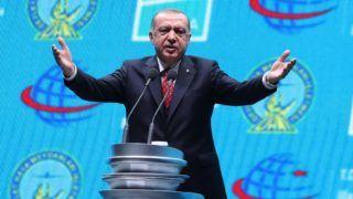 Isztambul, 2018. október 29. Recep Tayyip Erdogan török elnök beszédet mond az isztambuli új repülõtér átadóünnepségén 2018. október 29-én, a török köztársaság kikiáltásának 95. évfordulóján. Az egyelõre név nélküli nemzetközi légikikötõ Isztambul európai oldalán, Arnavutköy városrészben épült meg a nagyváros harmadik reptereként. MTI/EPA/Erdem Sahin
