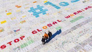 Jungfrau-nyereg, 2018. november 16. Óriási, mintegy 2500 négyzetméteres, több mint 125 ezer normál méretû postai képeslapból összeállított képeslap az Aletsch-gleccseren, a Jungfrau 3466 méteres magasságban húzódó nyergének közelében 2018. november 16-án. Az eredeti képeslapokat a világ 35 országából írták gyermekek és fiatalok a klímaváltozás és a globális felmelegedés ellen szót emelve. A szervezõk a képeslapóriással szeretnének bekerülni a Guinness Rekordok Könyvébe. Az 1,5 Celsius-fok arra utal, hogy szakértõk szerint az iparosodás elõtti idõkhöz képest 1,5 Celsius-fokban kellene korlátozni a Föld felmelegedését. MTI/EPA/KEYSTONE/Valentin Flauraud