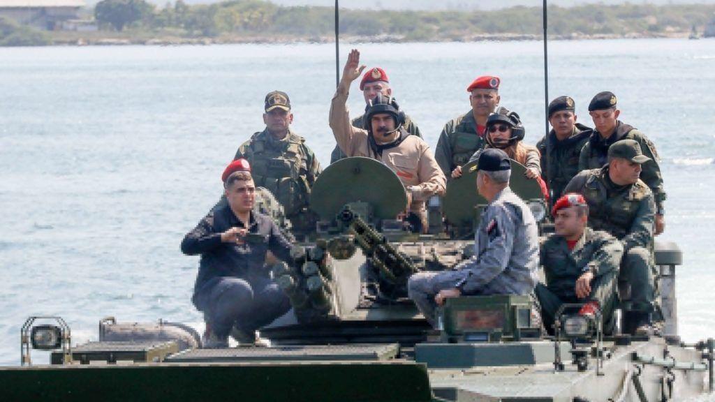 Caracas, 2019. január 28. A Miraflores Elnöki Sajtóiroda által közreadott képen Nicolás Maduro venezuelai elnök (k) érkezik egy hadgyakorlatra Caracasban 2019. január 27-én. Juan Guaidó négy nappal korábban nyilvánította magát Venezuela ideiglenes elnökévé a hivatalban lévõ államfõ, Nicolás Maduro elleni nagyszabású tüntetésen. Maduro és Guaidó jelenleg a fegyveres erõk támogatását igyekeznek megnyerni maguknak, mivel Venezuelában a hadsereg feletti ellenõrzés jelenti a hatalom kulcsát. MTI/EPA/Miraflores Elnöki Sajtóiroda