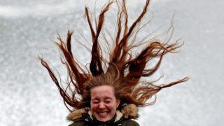 San Sebastián, 2019. január 31.Viharos szél fújja egy nő haját a baszkföldi San Sebastián tengerpartján 2019. január 31-én. A hatóságok második legmagasabb szinű, narancssárga viharjelzést adtak ki a térségben az erős széllökések miatt, amelyek hat méter magas hullámokat korbácsolnak a tengeren.MTI/EPA/EFE/Juan Herrero