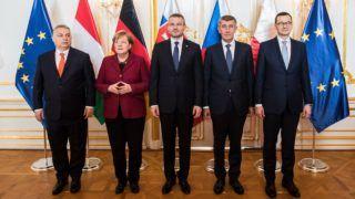 Pozsony, 2019. február 7. Orbán Viktor miniszterelnök, Angela Merkel német kancellár, Peter Pellegrini szlovák, Andrej Babis cseh és Mateusz Morawiecki lengyel miniszterelnök (b-j) a visegrádi országok, a V4 és Németország csúcstalálkozóján Pozsonyban 2019. február 7-én. MTI/EPA/Jakub Gavlak