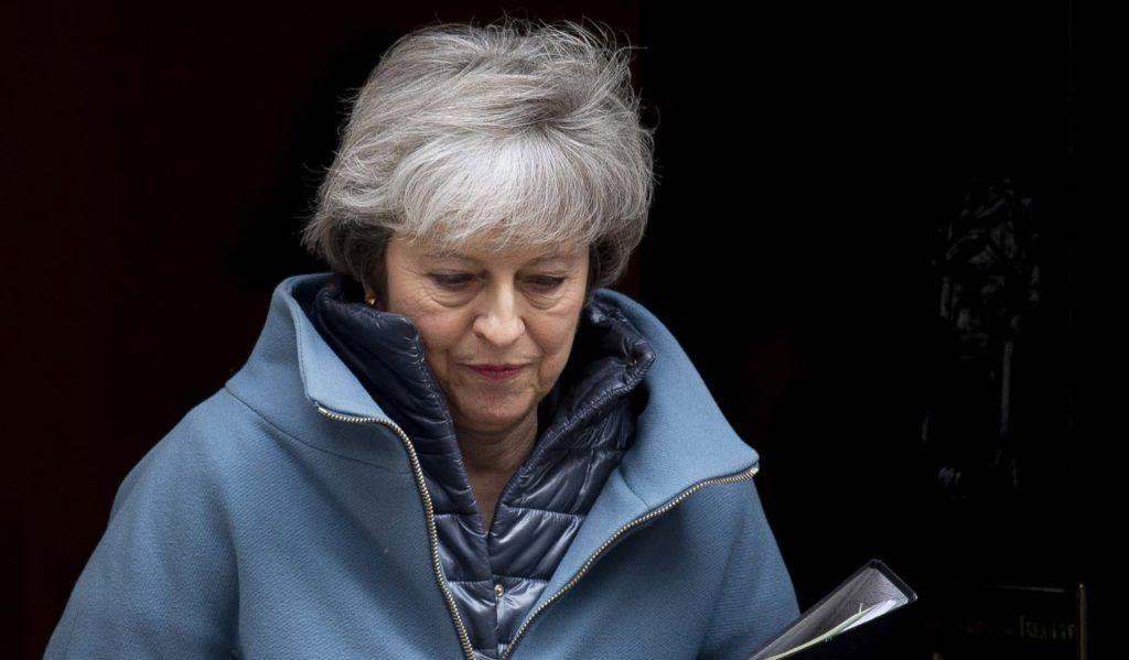London, 2019. február 12. Theresa May brit miniszterelnök a parlamentbe indul a londoni kormányfõi rezidenciáról, a Downing Street 10-bõl 2019. február 12-én. May tájékoztatja  a törvényhozás alsóházát a brit EU-tagság megszûnésének (Brexit) folyamatáról. A brit EU-tagság a tervek szerint március 29-én szûnik meg. MTI/EPA/Will Oliver