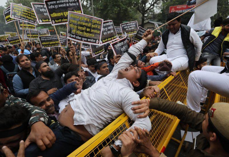 Újdelhi, 2019. február 15. Az indiai ifjúsági kongresszus aktivistái igazságot követelnek Pakisztán indiai nagykövetsége elõtt Újdelhiben 2019. február 15-én, a Kasmír indiai részén, Szrinagar határában elkövetett öngyilkos merénylet másnapján. A félkatonai gépkocsioszlopot ért robbanásban legkevesebb 44-en meghaltak és kéttucatnyian megsebesültek. A rendõrség szerint szakadár lázadók követhették el a merényletet. MTI/EPA/Radzsat Gupta