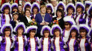 Berlin, 2019. február 19. Angela Merkel német kancellár (k) a Buchnesia 1954 karneváli szövetség táncosainak körében a németországi karneváli klubok delegációinak fogadási ünnepségén a berlini kancellári hivatalban 2019. február 19-én. MTI/EPA/Alexander Becher