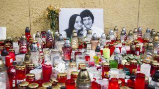 Pozsony, 2018. február 27. Mécsesek és virágok a meggyilkolt Ján Kuciak szlovák tényfeltáró újságíró és élettársa, Martina fényképe elõtt, Pozsonyban 2018. február 27-én. Az újságíró és párja holttestét február 25-én találták meg nagymácsédi otthonukban. A rendõrség szerint a bûntényt feltehetõleg Kuciak tevékenységével összefüggésben követték el. (MTI/TASR/Jakub Kotian)