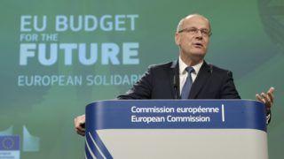 Brüsszel, 2018. június 11. Navracsics Tibor, az Európai Bizottság kulturális, oktatási, ifjúságpolitikai és sportügyekért felelõs tagja sajtótájékoztatót tart a bizottság brüsszeli székházában 2018. június 11-én. Navracsics bejelentette, hogy a következõ költségvetési ciklusban mintegy 1,2 milliárd eurót különítenek el a Európai Szolidaritási Hadtestnek. A program célja, hogy a 18 és 30 év közötti önkéntes fiatalok ott nyújthassanak segítséget a válsághelyzetekben és az utánuk következõ helyreállításban, ahol arra a leginkább szükség van. (MTI/EPA/Olivier Hoslet)