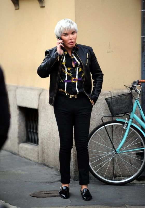 """Milan, Rodrigo Alves reappears after operation at the chin After doing the umpteenth operation, this time to the chin, the Brazilian RODRIGO ALVES the """"human Ken"""" arrives downtown to do some shopping. Of course his presence does not go unnoticed, and many ask him to pose for a souvenir photo. February 21, 2019"""