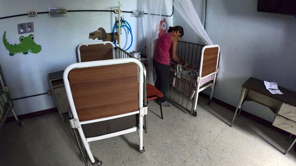 A woman cares for her undernourished baby in a hospital in Maracay, Aragua state, Venezuela on February 7, 2019. - The drama of undernourished mothers and children is widespread in Venezuela, where the shortage of food and medicines is hitting hard on the population and where inflation is expected to reach 10.000.000% this year. (Photo by YURI CORTEZ / AFP)