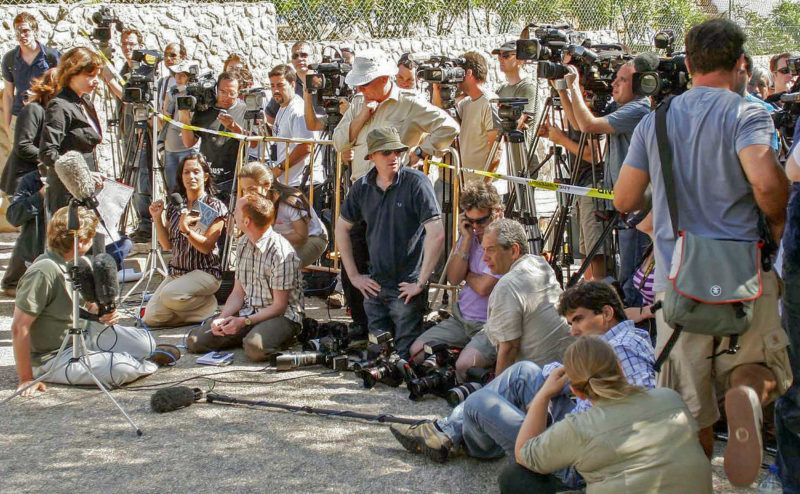 The media wait for Gerry and Kate McCann, the parents of a missing theer-year-old British girl Madeleine McCann, to read a statement to the press outside their resort apartment, 11 May 2007, in Praia da Luz, southern Portugal. The British girl disappeared May 03 from the resort apartment where she was on vacation with her family and the police believe she was abducted. AFP PHOTO/ MELANIE MAPS (Photo by MELANIE MAPS / AFP)