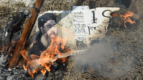 Indian Shiite Muslim demonstrators burn an effigy of the Islamic State group (ISIS) leader Abu Bakr al-Baghdadi during a protest in New Delhi on June 9, 2017. - Indian Shiite Muslims are protesting against twin attacks by ISIS on Iran's parliament and the tomb of the republic's revolutionary founder. (Photo by Prakash SINGH / AFP)
