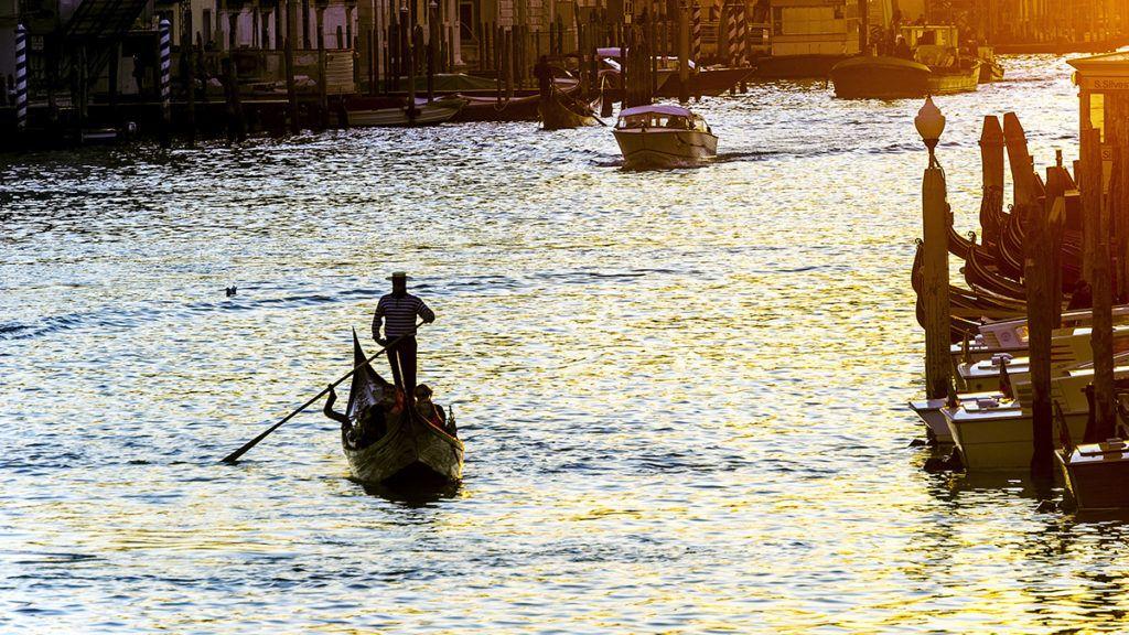 ITALY, VENETO, VENICE. GONDOLA ON THE GRAND CANALE
