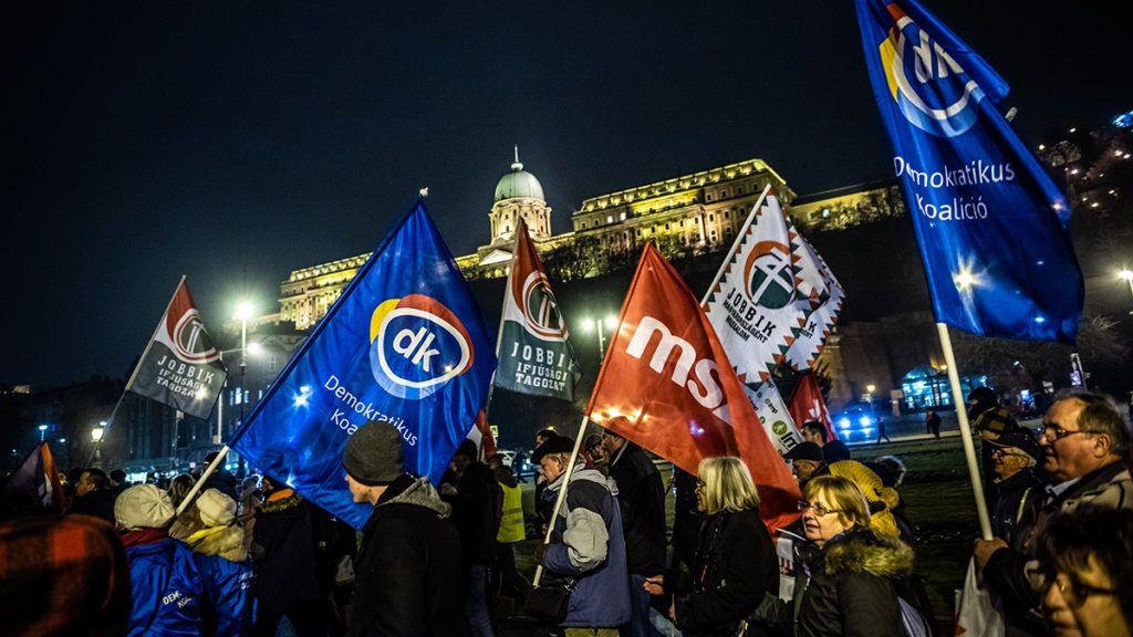 Image: 73863827, T¸ntess¸nk egy¸tt a rabszolgatˆrvÈny Ès Orb·n Viktor kiÈp¸lı diktat˙r·j·val szemben! Gyere vel¸nk Orb·n Viktor hivatal·hoz a V·rba, ahol mindent elmondunk, ami a miniszterelnˆk ÈvÈrtÈkelıjÈbıl kimaradt. Onnan egy¸tt vonulunk a P·rt·llami Sz·mvevıszÈk elÈ tiltakozni az ellenzÈki p·rtok ellehetetlenÌtÈse Ès a magyar demokr·cia felsz·mol·sa ellen! 2019.02.10., Place: Budapest, Hungary, License: Rights managed, Model Release: No or not aplicable, Property Release: Yes, Credit: smagpictures.com