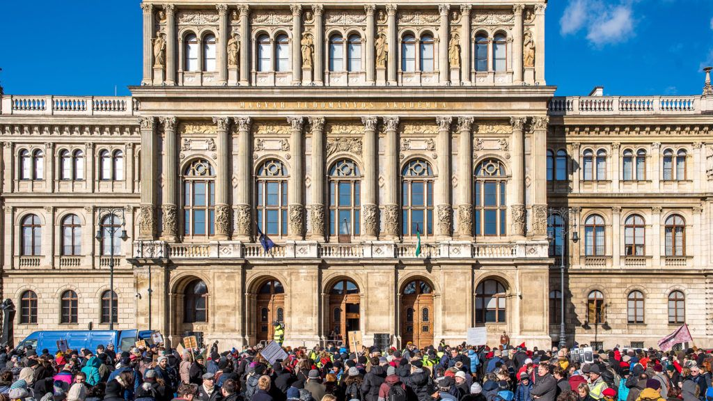 Image: 73864485, Az Magyar Tudományos Akadémia elnöksége 2019. február 2-án szavazott a Palkovics-tervről. Amíg az épületben a tervről szavaztak, a székház előtt élőlánccal demonstráltak annak elfogadása ellen., Place: Budapest, Hungary, License: Rights managed, Model Release: No or not aplicable, Property Release: Yes, Credit: smagpictures.com