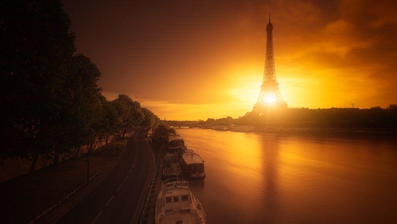 FRANCE. PARIS (75) 15EME ARR. , THE EIFFEL TOWER AND THE SEINE RIVER VIEW FROM THE BIR-HAKEIM BRIDGE