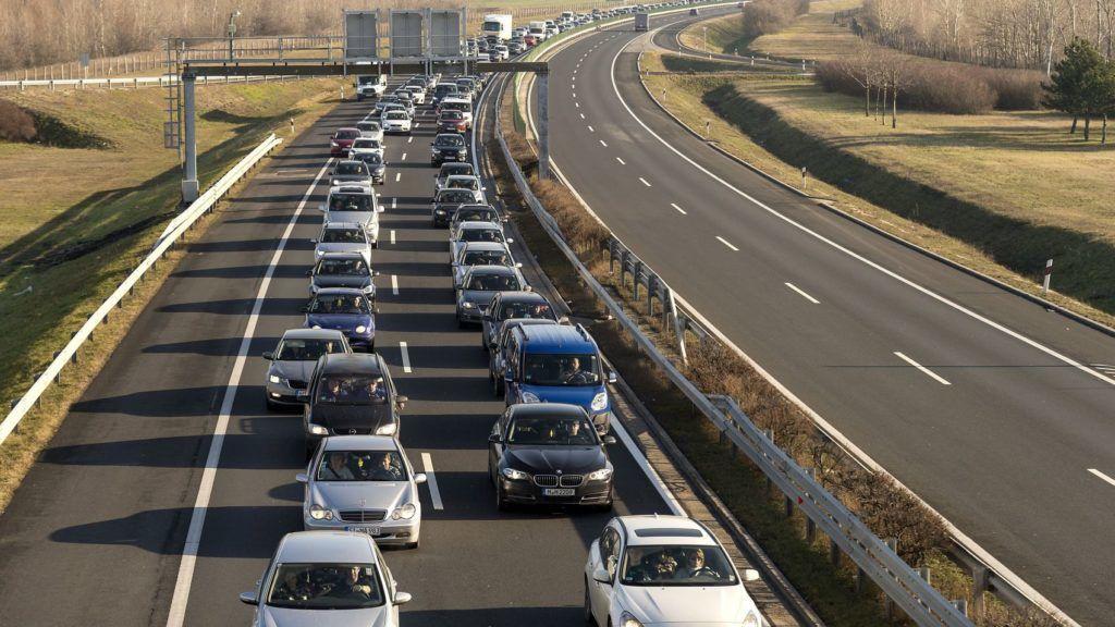 Hegyeshalom, 2018. január 6. Jármûvek várakoznak 2018. január 6-án az M1-es autópályán a hegyeshalmi határátlépési pont közelében, ahol a megnövekedett forgalom miatt hat kilométeres torlódás alakult ki. MTI Fotó: Krizsán Csaba