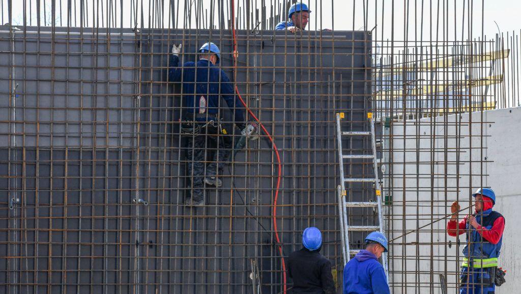 Debrecen, 2019. március 18. Betonacél szerelés. Idõarányos a debreceni Nagyerdei Strand  kivitelezése. A 8.5 milliárd forintos beruházású komplexum jövõ tavasszal  fogadja a látogató vendégeket. Jelenleg több mint  tíz szakma munkása dolgozik az építkezésen.  MTVA/Bizományosi: Oláh Tibor  *************************** Kedves Felhasználó! Ez a fotó nem a Duna Médiaszolgáltató Zrt./MTI által készített és kiadott fényképfelvétel, így harmadik személy által támasztott bárminemû – különösen szerzõi jogi, szomszédos jogi és személyiségi jogi – igényért a fotó készítõje közvetlenül maga áll helyt, az MTVA felelõssége e körben kizárt.