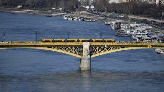 Budapest, 2019. február 23. Egy Combino villamos halad a Margit hídon, háttérben kikötött hajók a Dunán. MTVA/Bizományosi: Róka László  *************************** Kedves Felhasználó! Ez a fotó nem a Duna Médiaszolgáltató Zrt./MTI által készített és kiadott fényképfelvétel, így harmadik személy által támasztott bárminemû – különösen szerzõi jogi, szomszédos jogi és személyiségi jogi – igényért a fotó készítõje közvetlenül maga áll helyt, az MTVA felelõssége e körben kizárt.