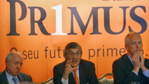 Portuguese businessman Pedro Libano Monteiro (C) gestures as he speaks next to France's Charles Milhaud (L), president of Caisse d'Espargne, and Francois Drouin (R), president of Credit Foncier, during a press conference at the Ritz Hotel, in Lisbon 16 February 2006, to announce the creation of Primus, a new bank aimed at private clients. Libano Monteiro is the president. AFP PHOTO/ FRANCISCO LEONG (Photo by FRANCISCO LEONG / AFP)