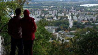 Tatabánya, 2017. október 8. Természetjáró turista pár nézi a várost a Szelim-barlang nyugati nyílásából. A Gerecse hidrotermális barlangját sok érdeklődő természetjáró keresi föl nap mint nap, hogy megcsodálja annak érdekességeit és pillantást vessen a Kő-hegy barlangnyílásából a városra. MTVA/Bizományosi: Jászai Csaba  *************************** Kedves Felhasználó! Ez a fotó nem a Duna Médiaszolgáltató Zrt./MTI által készített és kiadott fényképfelvétel, így harmadik személy által támasztott bárminemű – különösen szerzői jogi, szomszédos jogi és személyiségi jogi – igényért a fotó készítője közvetlenül maga áll helyt, az MTVA felelőssége e körben kizárt.