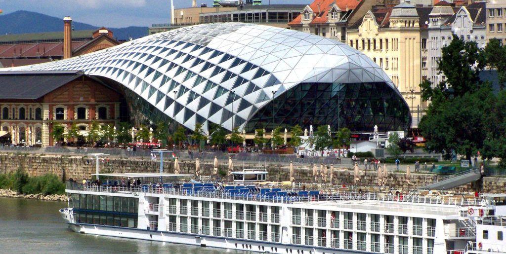 Budapest, 2018. június 24.. Városnézésre érkezett külföldi turistákat szállító hotelhajó kötött ki a Duna ferencvárosi szakaszán, a Bálna Budapest kereskedelmi, kulturális, szórakoztató és vendéglátó centrum épületénél. MTVA/Bizományosi: Jászai Csaba  *************************** Kedves Felhasználó! Ez a fotó nem a Duna Médiaszolgáltató Zrt./MTI által készített és kiadott fényképfelvétel, így harmadik személy által támasztott bárminemû – különösen szerzõi jogi, szomszédos jogi és személyiségi jogi – igényért a fotó készítõje közvetlenül maga áll helyt, az MTVA felelõssége e körben kizárt.