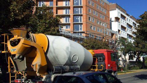 Budapest, 2018. október 5. Folyékony betont hozott egy mixer-teherautó a folyamatosan bõvülõ City Home lakópark újabb épületének kivitelezéséhez a IX. kerületi Vágóhíd, Mester és Máriássy utcák által határolt építési területen. Az ide épülõ 1600 modern lakás egy részébe már beköltözhettek a lakók. MTVA/Bizományosi: Jászai Csaba  *************************** Kedves Felhasználó! Ez a fotó nem a Duna Médiaszolgáltató Zrt./MTI által készített és kiadott fényképfelvétel, így harmadik személy által támasztott bárminemû – különösen szerzõi jogi, szomszédos jogi és személyiségi jogi – igényért a fotó készítõje közvetlenül maga áll helyt, az MTVA felelõssége e körben kizárt.
