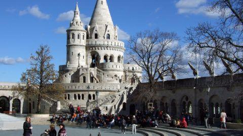 Budapest, 2019. március 7. Városnézésre érkezett külföldi turistacsoportok hallgatják idegenvezetõjük tájékoztatóját a Budai Várban, a Halászbástyánál. MTVA/Bizományosi: Jászai Csaba  *************************** Kedves Felhasználó! Ez a fotó nem a Duna Médiaszolgáltató Zrt./MTI által készített és kiadott fényképfelvétel, így harmadik személy által támasztott bárminemû – különösen szerzõi jogi, szomszédos jogi és személyiségi jogi – igényért a fotó készítõje közvetlenül maga áll helyt, az MTVA felelõssége e körben kizárt.