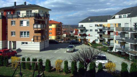 Sopron, 2019. március 21.Korszerű, energiatakarékos lakóépületek sokasodnak a város keleti részének egyik új lakóparkjában a Tárczy-Hornoch Antal utcában.MTVA/Bizományosi: Jászai Csaba ***************************Kedves Felhasználó!Ez a fotó nem a Duna Médiaszolgáltató Zrt./MTI által készített és kiadott fényképfelvétel, így harmadik személy által támasztott bárminemű – különösen szerzői jogi, szomszédos jogi és személyiségi jogi – igényért a fotó készítője közvetlenül maga áll helyt, az MTVA felelőssége e körben kizárt.
