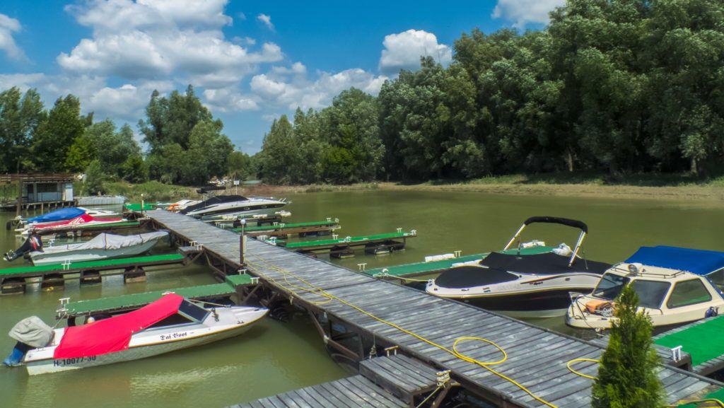 Nagymaros, 2013. július 1. Sporthajók állnak a stéghez kikötve Nagymaros új szabadidõs kishajó-kikötõjében. MTVA/Bizományosi: Nagy Zoltán  *************************** Kedves Felhasználó! Az Ön által most kiválasztott fénykép nem képezi az MTI fotókiadásának, valamint az MTVA fotóarchívumának szerves részét. A kép tartalmáért és a szövegért a fotó készítõje vállalja a felelõsséget.
