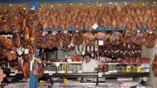 Budapest, 2018. március 19. Húsvéti sonkák és hústermékek a Fõvám téri Központi Vásárcsarnokban - ismertebb nevén a Nagycsarnokban.  MTVA/Bizományosi: Nagy Zoltán  *************************** Kedves Felhasználó! Ez a fotó nem a Duna Médiaszolgáltató Zrt./MTI által készített és kiadott fényképfelvétel, így harmadik személy által támasztott bárminemû – különösen szerzõi jogi, szomszédos jogi és személyiségi jogi – igényért a fotó készítõje közvetlenül maga áll helyt, az MTVA felelõssége e körben kizárt.