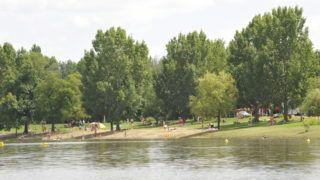 Tiszafüred, 2010. július 31. Strandolók a Tisza-tó partján, Tiszafüreden. MTI Fotó: Cseke Csilla