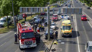 Budapest, 2018. április 30.Tűzoltók, rendőrök és mentők dolgoznak egy összeroncsolódott személyautó mellett az Üllői út és a ferihegyi gyorsforgalmi út találkozásánál 2018. április 30-án. Az autó oszlopnak hajtott, a járművet vezető idős férfi a helyszínen meghalt.MTI Fotó: Mihádák Zoltán