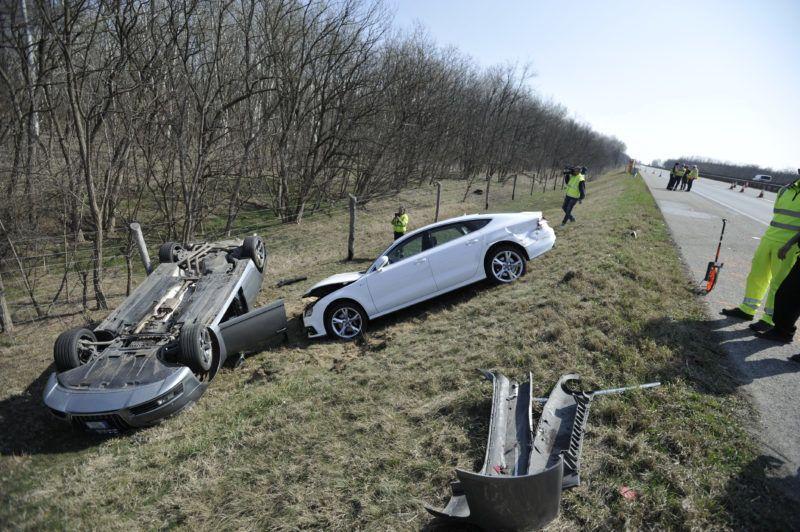 Inárcs, 2019. március 23. Ütközésben összetört személygépkocsik az M5-ös autópályán Inárcs közelében 2019. március 23-án. A balesetben négyen sérültek meg, a sztráda Budapest felé vezetõ oldalát lezárták. MTI/Mihádák Zoltán