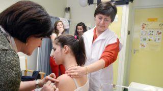 Szolnok, 2013. február 11. Nagy Éva gyermekorvos (b) és Tóth-Urbán Judit védõnõ (j) HPV elleni védõoltást adnak be egy lánynak a szolnoki Kõrösi Csoma Sándor Általános Iskolában 2013. február 11-én. A szolnoki önkormányzat 2008-ban indította el komplex méhnyakrák-megelõzõ programját, amelyet a humán papillomavírus (HPV) elleni védõoltás biztosításáról szóló önkormányzati rendeletében rögzített. A tárgyévben 13. életévüket betöltött, vagy betöltõ leánygyermekek alanyi jogon, szülõi hozzájárulás alapján részesülhetnek térítésmentesen a védõoltásban. MTI Fotó: Mészáros János