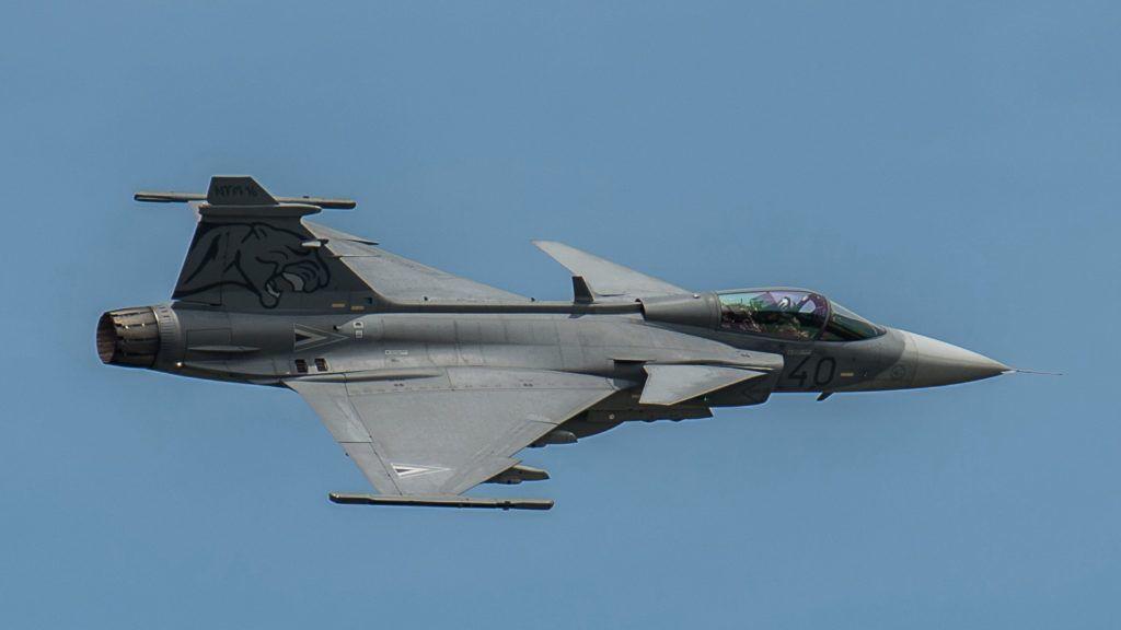 Kecskemét, 2016. június 30. JAS-39 Gripen a levegõben a HM kecskeméti, 59. Szentgyörgyi Dezsõ Repülõbázisán tartott bemutatón 2016. június 30-án. A gyakorlaton a terrorista céllal eltérített, fegyverként használni szándékozott légi jármûvekkel szembeni ellentevékenység biztosítását mutatták be. Az ilyen repülõgépek ellen dolgozta ki a NATO 2001. szeptember 11. után a Renegade mûveleti rendszert, a légi jármû földre kényszerítését, ennek hazai elsajátításáról adtak számot Kecskeméten. MTI Fotó: Ujvári Sándor