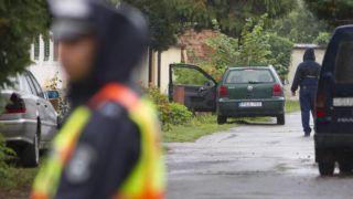 Nagykanizsa, 2017. szeptember 7. Rendõrök helyszínelnek 2017. szeptember 7-én a nagykanizsai Csányi utcában, ahol holtan találtak egy 44 éves nõt. A Zala Megyei Rendõr-fõkapitányság közlése szerint gyilkosság történt, a gyanúsított 39 éves N. Tibort a közelben elfogták. MTI Fotó: Varga György