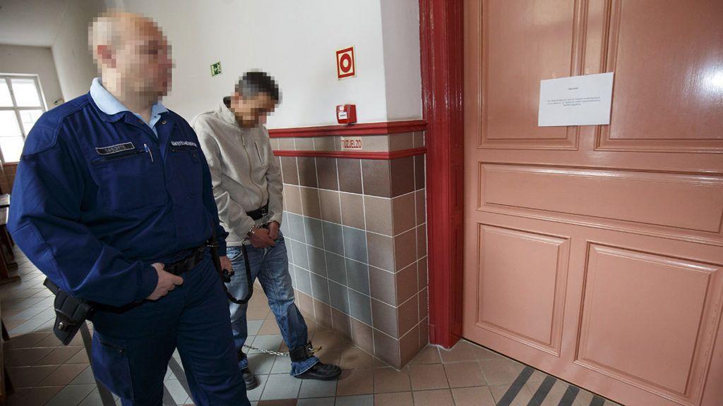 Zalaegerszeg, 2019. március 7.A vádlott B. J. I.-t vezetik elő az ellene egy tizenkét évvel ezelőtti emberölés ügyében indult büntetőper tárgyalására a Zalaegerszegi Törvényszék folyosóján 2019. március 7-én.MTI/Varga György