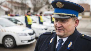 Nyírbátor, 2015. február 6. Tarcsa Csaba dandártábornok, Szabolcs-Szatmár-Bereg megyei rendõrfõkapitány a rendõrség új autóinak átadásán Nyírbátorban 2015. február 6-án. A megyei fõkapitányság 114 gépkocsit kapott, az új jármûállomány nagyobb részét schengeni határõrizeti munkára használják. MTI Fotó: Balázs Attila