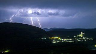 Salgótarján, 2018. április 30.Villámok a somoskői vár felett Salgótarján közelében 2018. április 30-ra virradó éjjel.MTI Fotó: Komka Péter
