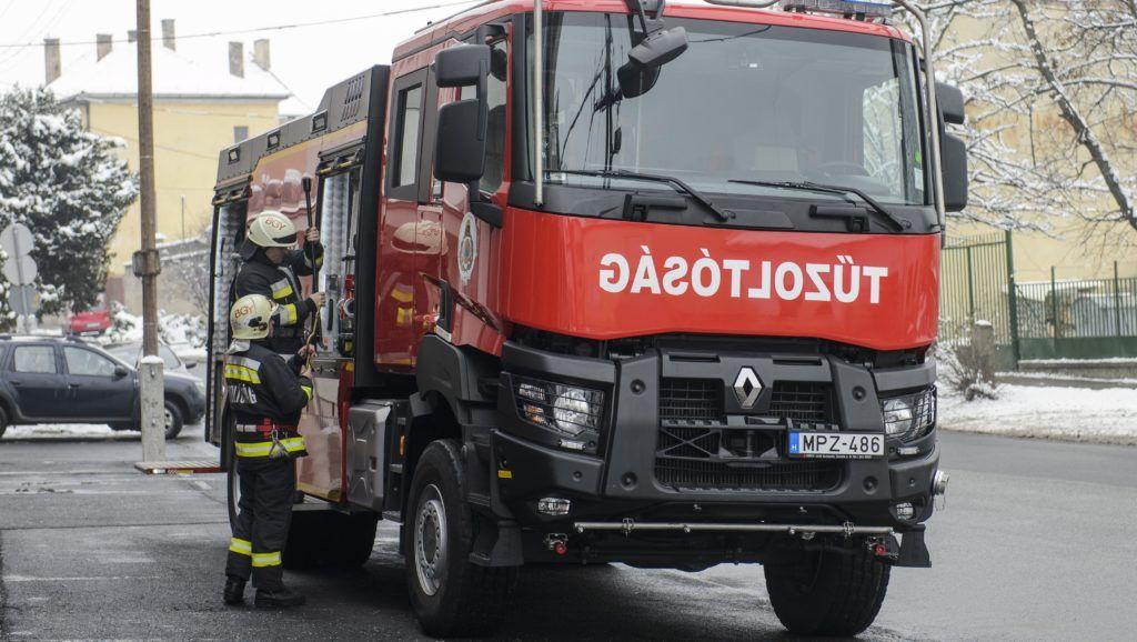 Balassagyarmat, 2018. december 21. A magyar BM Heros Zrt. elsõ, legyártott Aquarex D7 típusú, duplafülkés tûzoltóautója a balassagyarmati hivatásos tûzoltó-parancsnokságon 2018. december 21-én, a jármû átadásának napján. A hat tûzoltó szállítására alkalmas, közel 140 millió forint értékû gépjármû mint vízszállító, a gépjármûfecskendõk vízutánpótlásának biztosítására, de önálló tûzoltó jármûként is használható. A többi tûzoltóautó gyártása 2019-ben kezdõdik. MTI/Komka Péter