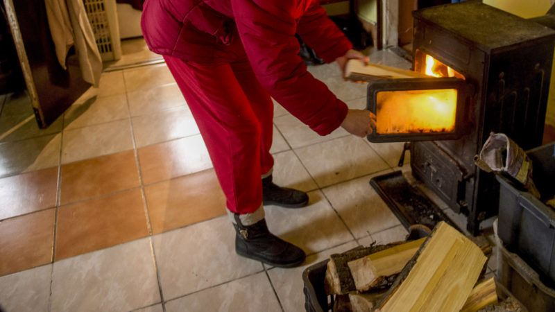 Budapest, 2015. január 8.Varga Annamária fűt be a Hello Wood csapatának ezen a napon lebontott, tűzifából épített karácsonyfa-installációjából származó fahasábokkal soroksári családi házában 2015. január 8-án. A Design Terminállal és a Magyar Ökumenikus Segélyszervezettel közösen épített tizenegy méter magas ünnepi installáció ötezer darab, összesen mintegy százötven mázsányi tűzifából épült. A hasábokat a fa lebontása után három rászoruló családhoz szállították.MTI Fotó: Koszticsák Szilárd