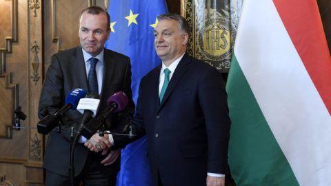 Budapest, 2018. március 20. Orbán Viktor miniszterelnök (j) és Manfred Weber, az Európai Néppárt (EPP) EP-képviselõcsoportjának elnöke kezet fog a sajtónyilatkozat végén az Országházban 2018. március 20-án. MTI Fotó: Koszticsák Szilárd