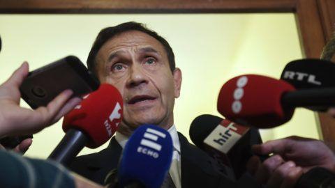 Budapest, 2018. április 20. Gyárfás Tamás volt úszószövetségi elnök és médiavállalkozó nyilatkozik tárgyalása után a Budai Központi Kerületi Bíróság folyosóján 2018. április 20-án. A bíróság lakhelyelhagyási tilalmat rendelt el a Fenyő János médiavállalkozó meggyilkolásának ügyében felbujtóként meggyanúsított Gyárfás ellen. MTI Fotó: Koszticsák Szilárd